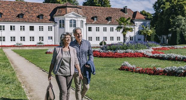 Gäste-Pärchen im Hofgarten mit Orangerie in Kempten