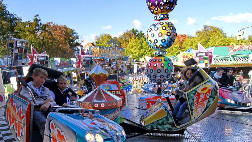 Fahrgeschäfte auf dem Kathreine- und Himmelfahrtsmarkt in Kempten