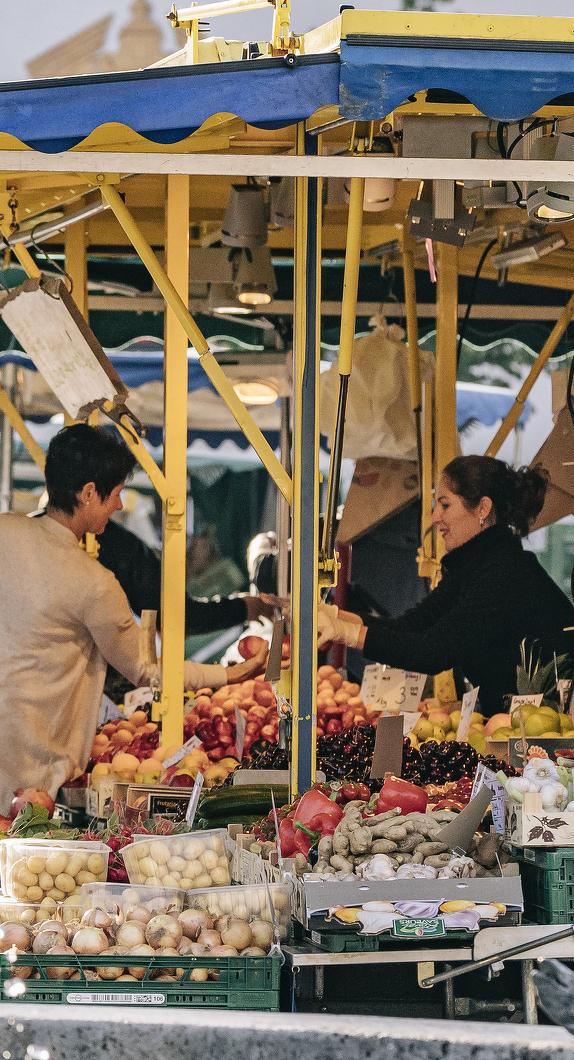 Einkaufen auf dem Wochenmarkt auf dem Hildegardplatz in Kempten