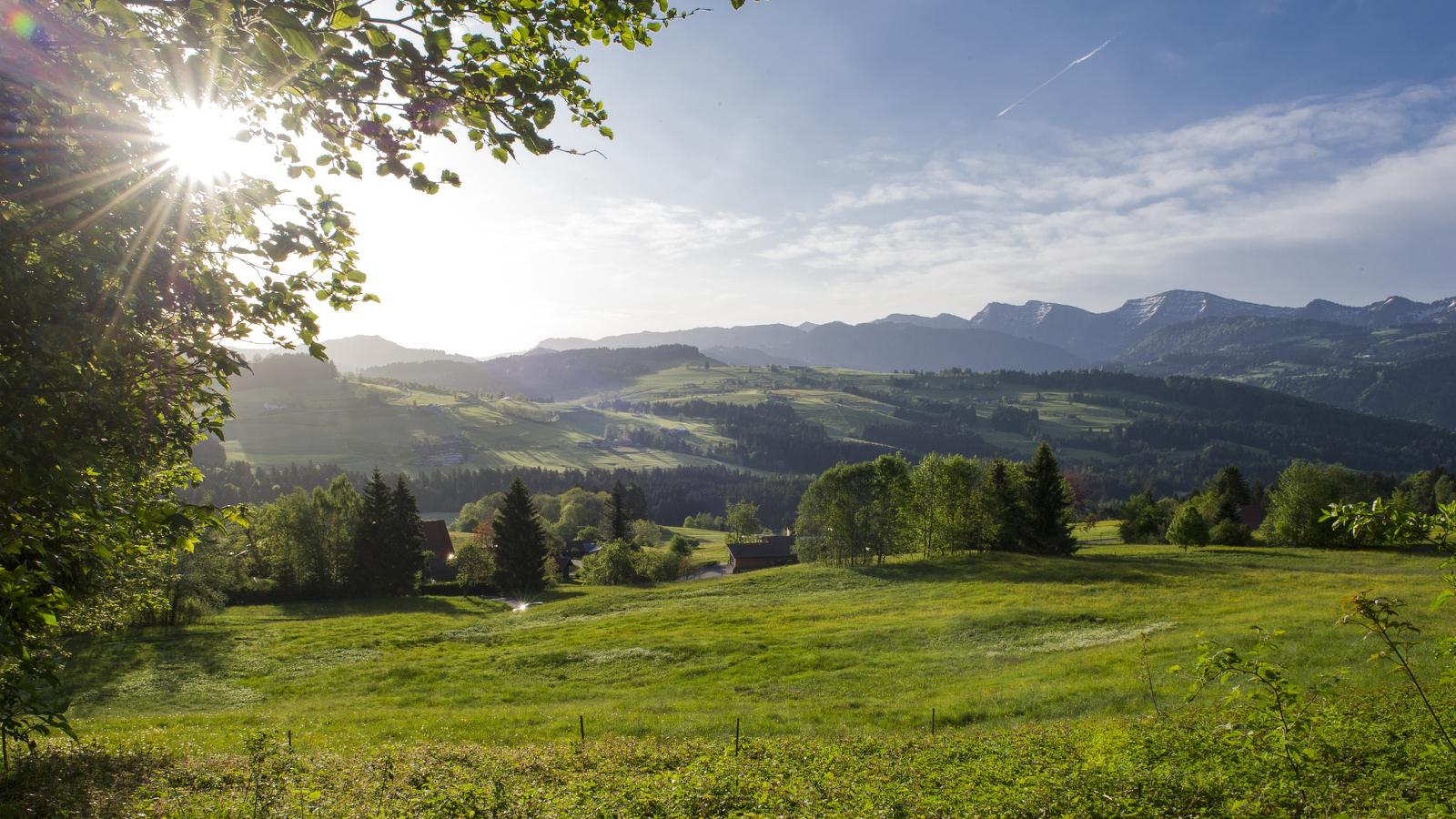 Ausblick von der Martinshöhe in Oberreute im Allgäu © Klaus-Peter Kappest, Germany