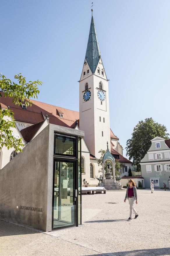 Direkt vom St.-Mang-Platz führt der Eingang hinab in den Schauraum Erasmuskapelle
