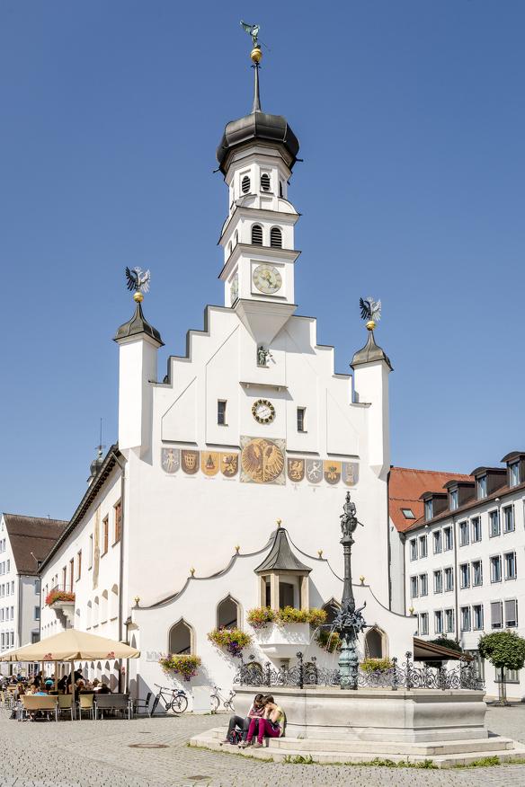 Blick auf das Rathaus in Kempten mit Rathaus-Brunnen