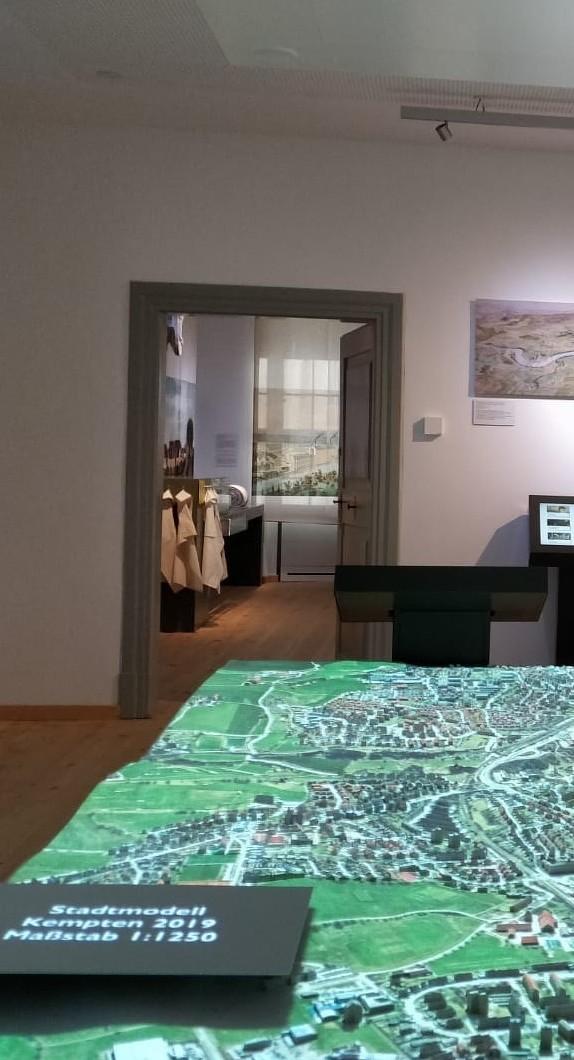 3D-Stadtmodell mit Blick in einen Themenraum im Kempten-Museum im Zumsteinhaus
