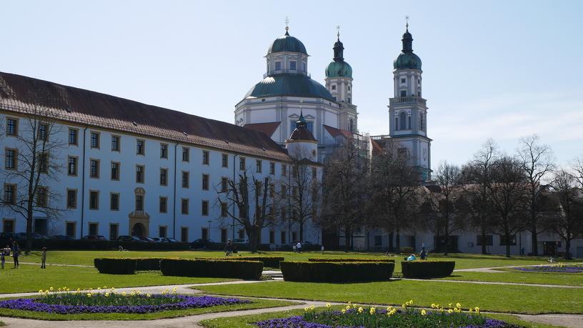 Die Außenansicht der Basilika St. Lorenz vom Hofgarten aus