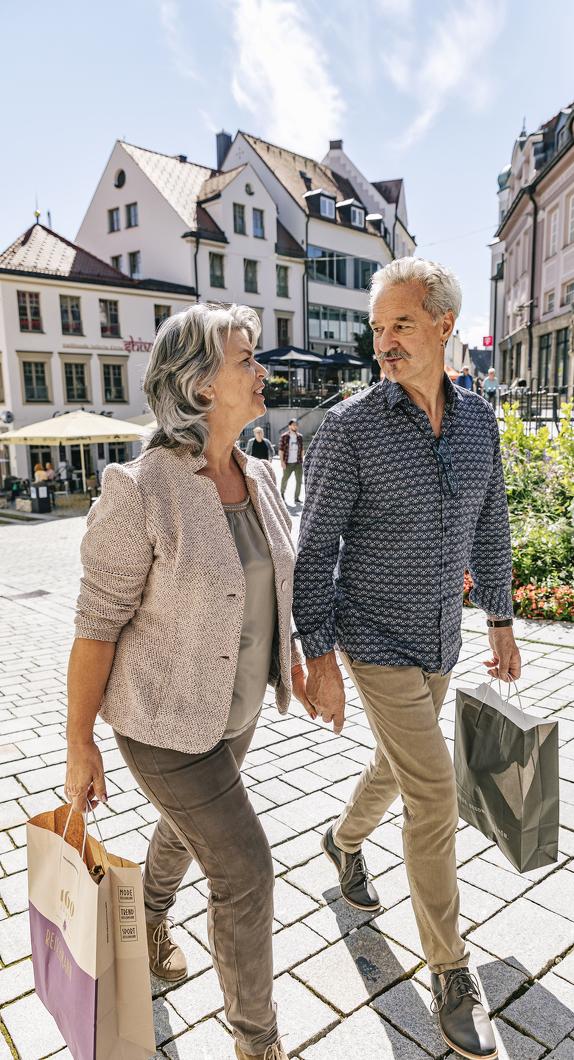 Pärchen beim Einkaufen in der Fußgängerzone in Kempten