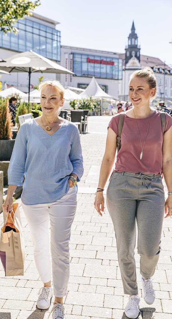 Mutter und Tochter beim Shopping am Einkaufszentrum Forum Allgäu