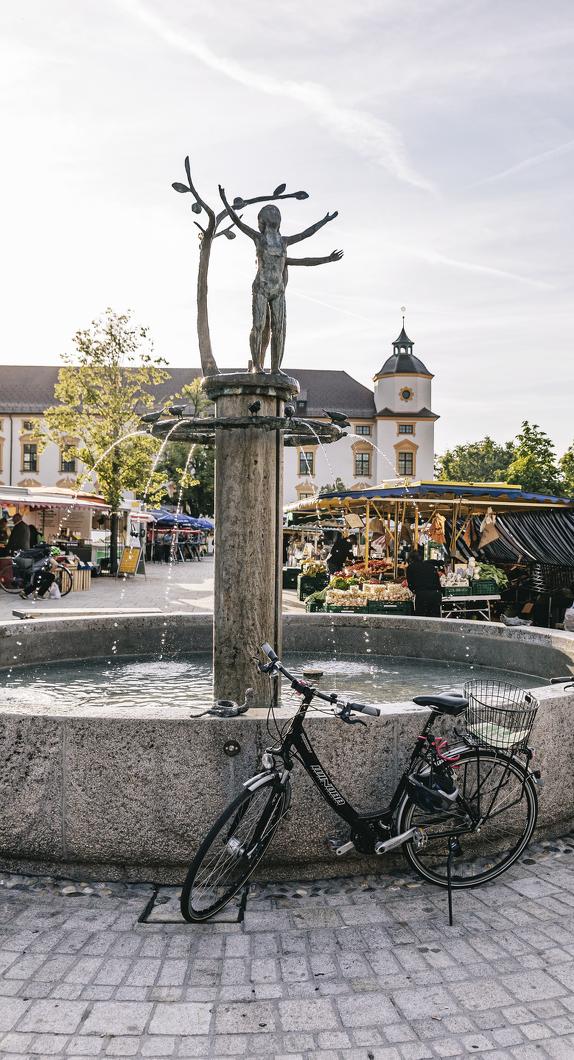 Der Wochenmarkt auf dem Hildegardplatz vor der Basilika St. Lorenz