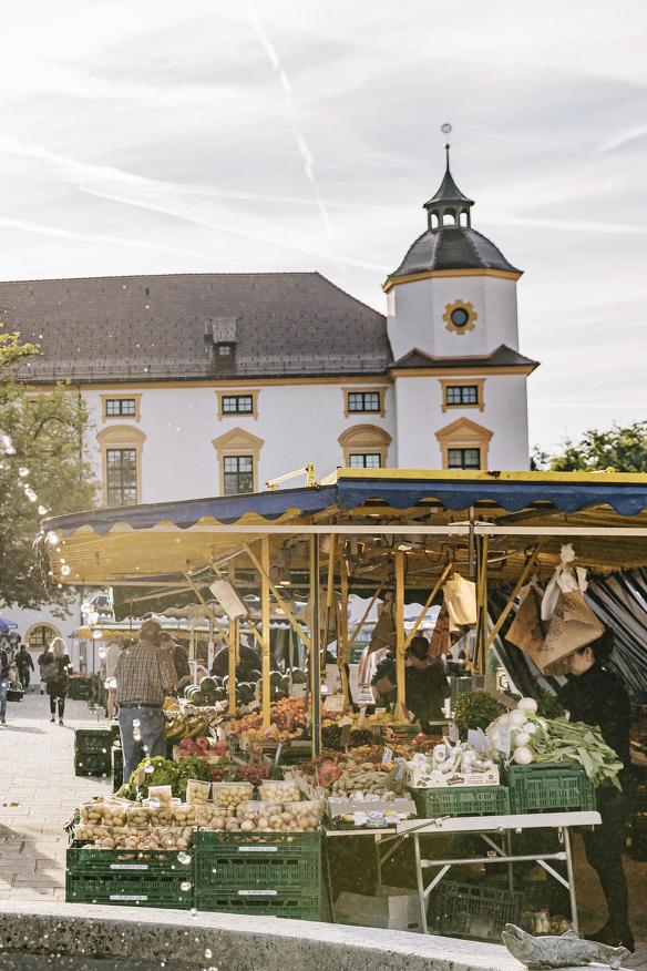 Blick auf den Wochenmarkt auf dem Hildegardplatz in Kempten