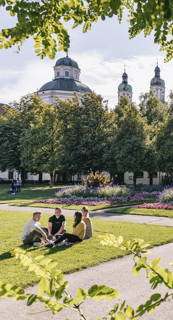 Der Hofgarten und die Nordseite der Basilika St. Lorenz
