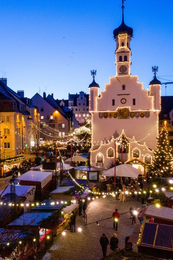 Der Weihnachtmarkt Kempten auf dem Rathausplatz mit Blick auf das Rathaus