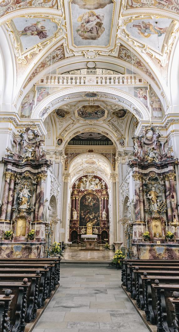 Die Innenansicht der Basilika St. Lorenz
