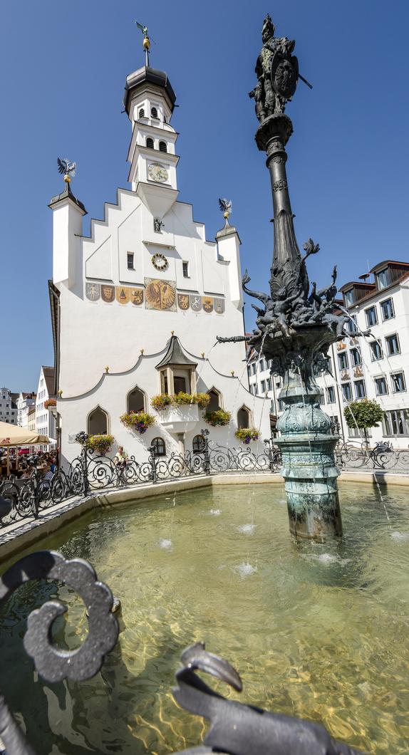 Der Rathausbrunnen mit Blick auf das Rathaus