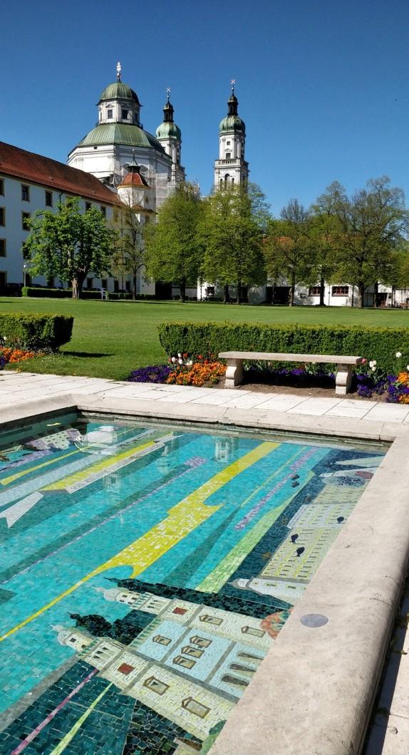 Das wasserbedeckte Mosaik im Hofgarten mit Blick auf die Basilika St. Lorenz