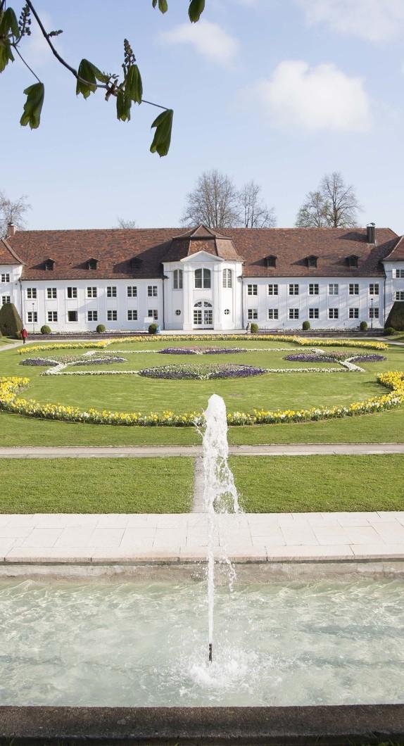 Der Brunnen im Hofgarten mit Blick auf die Orangerie gehört zu den Brunnen in Kempten