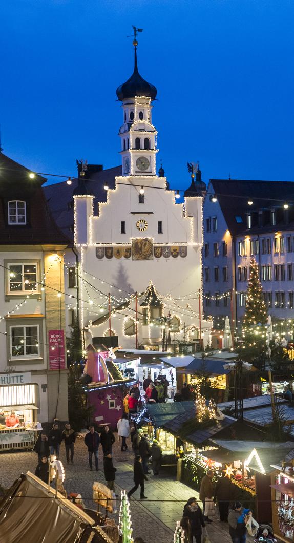 Blick auf das Rathaus und den Rathausplatz während des Weihnachtsmarkts Kempten
