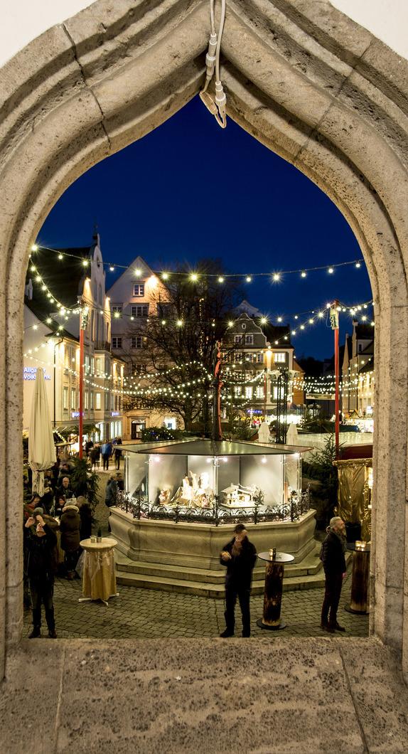 Blick auf den weihnachtlichen Rathausplatz Kempten