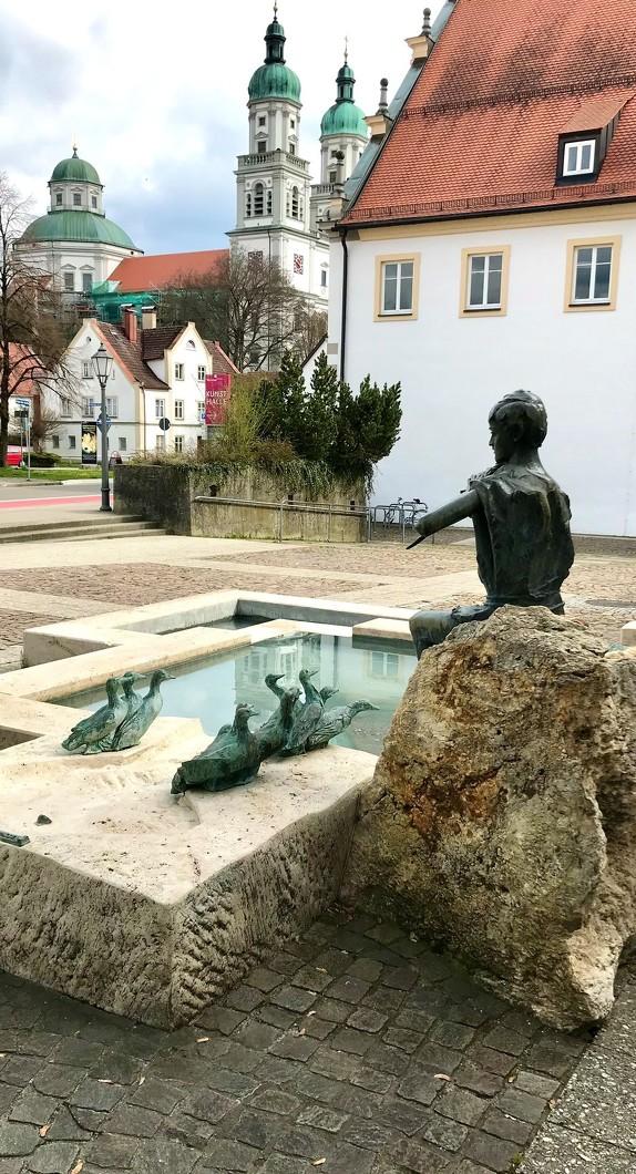 Der Entenbrunnen mit Blick auf die Basilika St. Lorenz gehört zu den Brunnen in Kempten