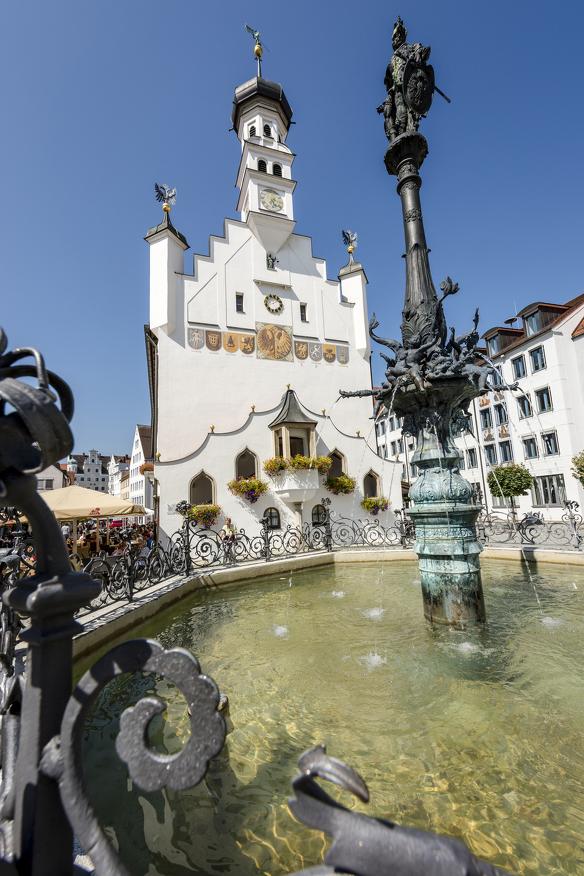 Das Rathaus und der Rathaus-Brunnen auf dem Rathausplatz in Kempten