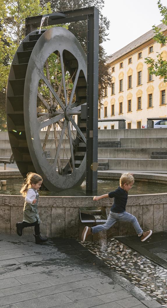 Das Mühlrad mit Blick auf die Residenz in der Gerberstraße gehört zu den Brunnen in Kempten