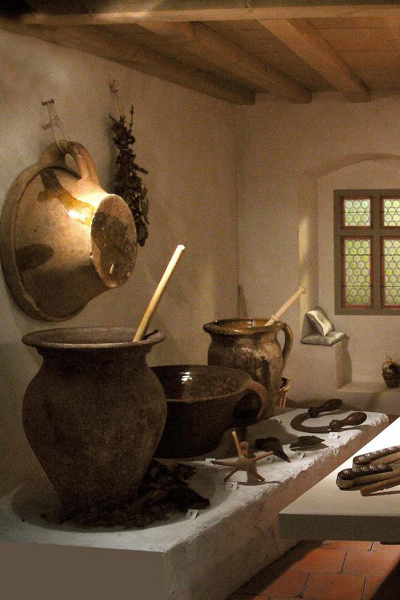 Eine Detailaufnahme mittelalterlichen Geschirrs im Allgäuer Burgenmuseum