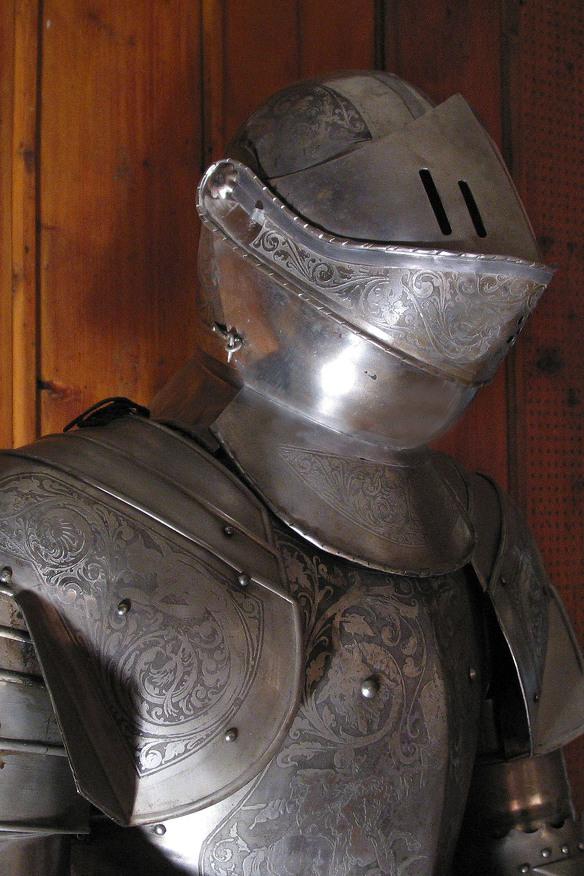Eine Detailansicht einer Ritterrüstung im Allgäuer Burgenmuseum