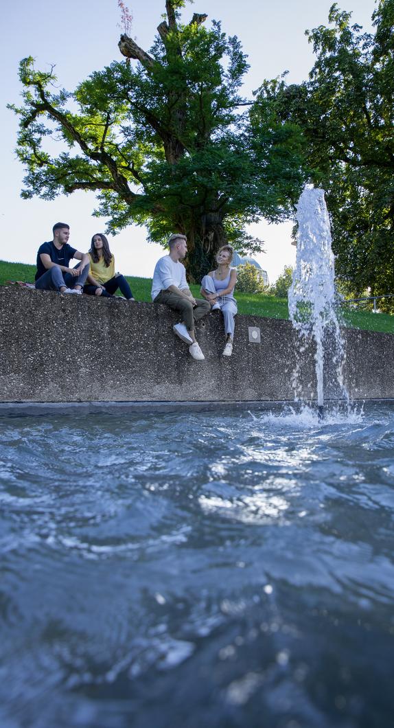 Gemeinsam Zeit am Brunnen im Hofgarten Kempten genießen