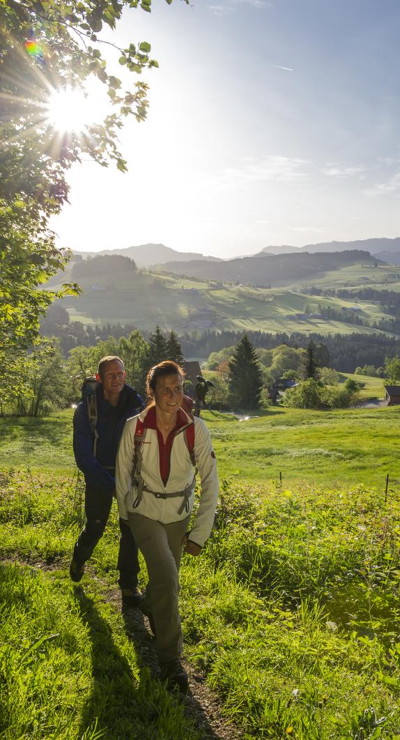 Wanderer auf der Martinshöhe in Oberreute © Klaus-Peter Kappest, Germany