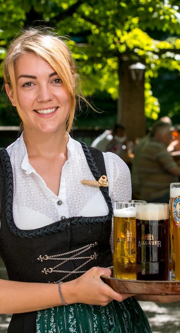 Eine Bedienung in einem Biergarten im Allgäu