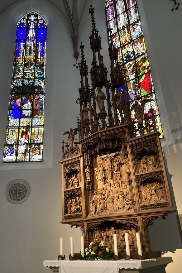 Die Innenansicht auf den Altar der St.-Mang-Kirche
