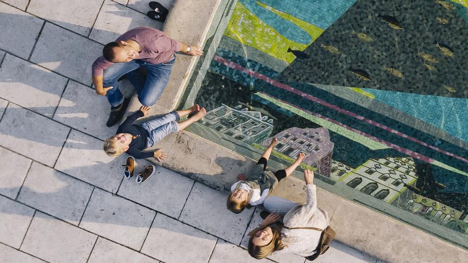 Luftaufnahme Familie im Hofgarten