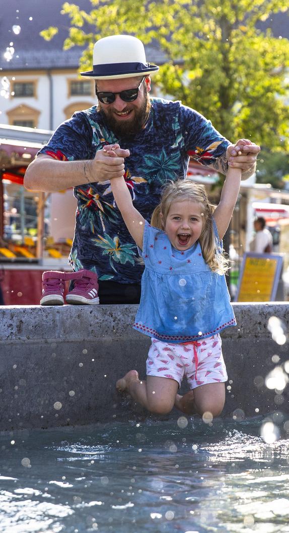 Strahlende Kinderaugen beim Familienspaß am Brunnen auf dem Hildegardplatz