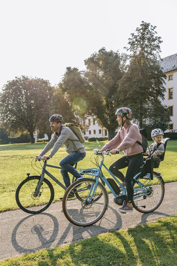 Eine Familie beim Radfahren in Kempten