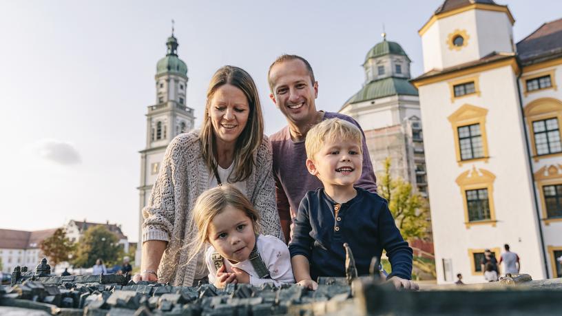Familienurlaub in Kempten am Stadtrelief vor der Residenz und Basilika St. Lorenz