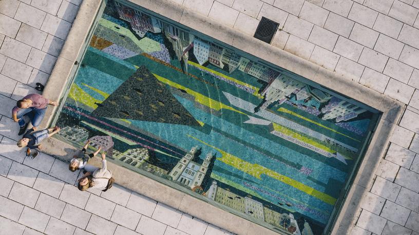 Luftaufnahme einer Familie am Mosaik im Hofgarten Kempten