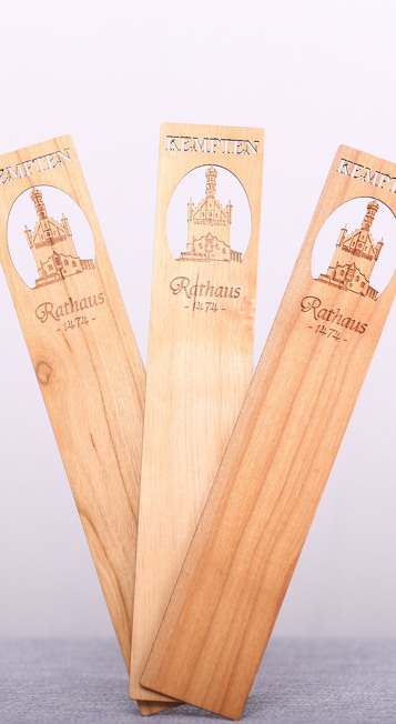 Holz-Lesezeichen aus dem Souvenir-Sortiment von Kempten Tourismus