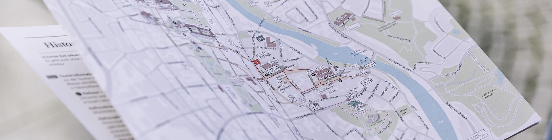 Detailaufnahme des Prospekts Schöne Zeit in Kempten mit Stadtplan