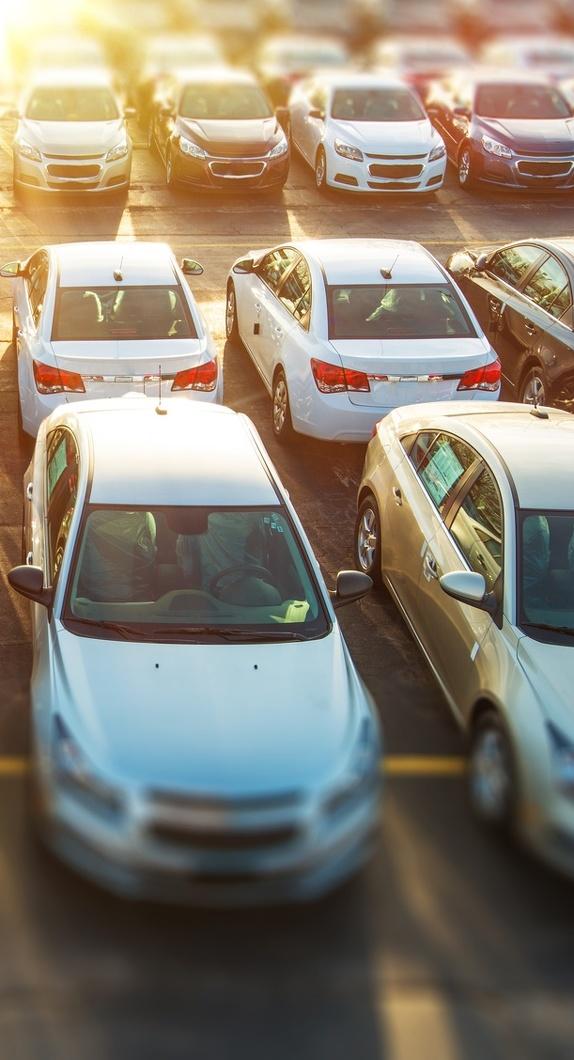 Parkende Autos auf einem Parkplatz