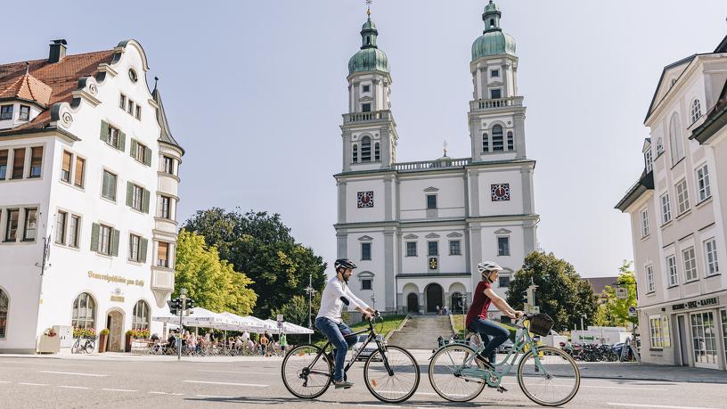 Radfahrer vor der Basilika St. Lorenz in Kempten
