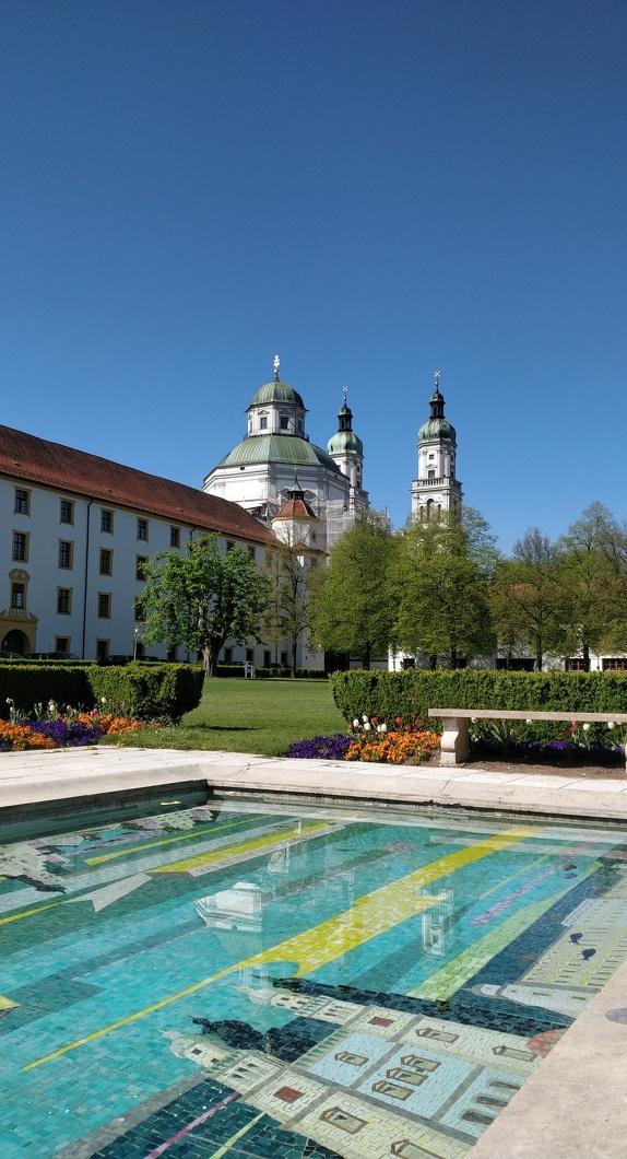 Blick auf die Basilika St. Lorenz vom Hofgarten aus