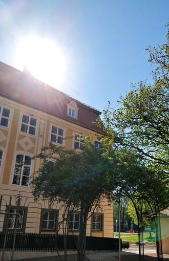 Außenansicht des Zumsteinhaus bei strahlendem Sonnenschein