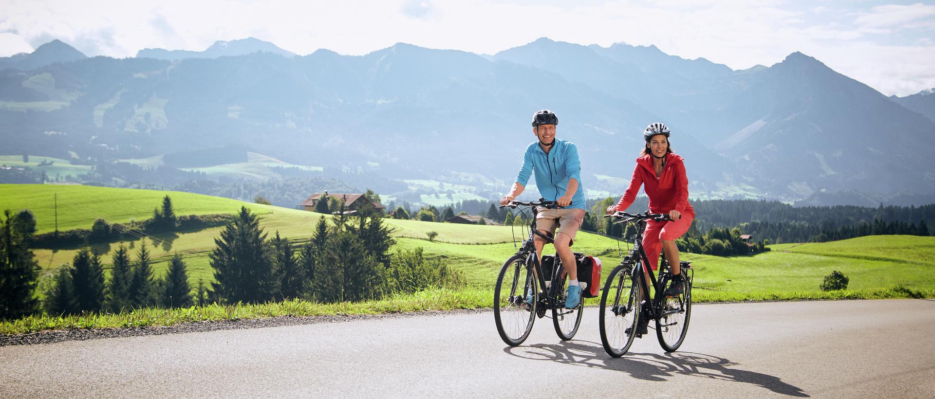 Zwei Radfahrer auf der Radrunde Allgäu © Allgäu GmbH; Christoph Gramann