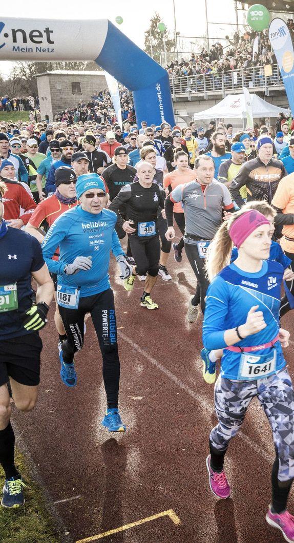 Läufer*innen starten den Silvesterlauf in Kempten
