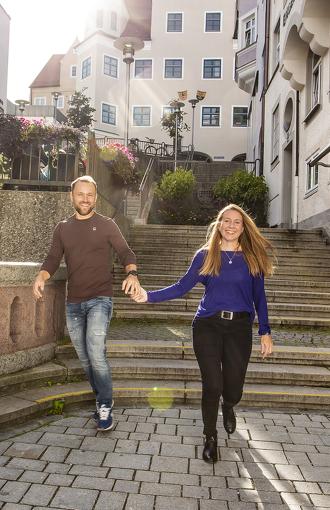 Strahlendes Pärchen bei der Freitreppe in Kempten © Fouad Vollmer Werbeagentur
