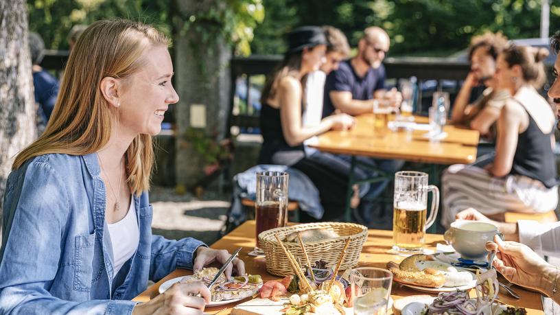 """Brotzeit im Biergarten der Brauereigaststätte """"Zum Stift"""""""
