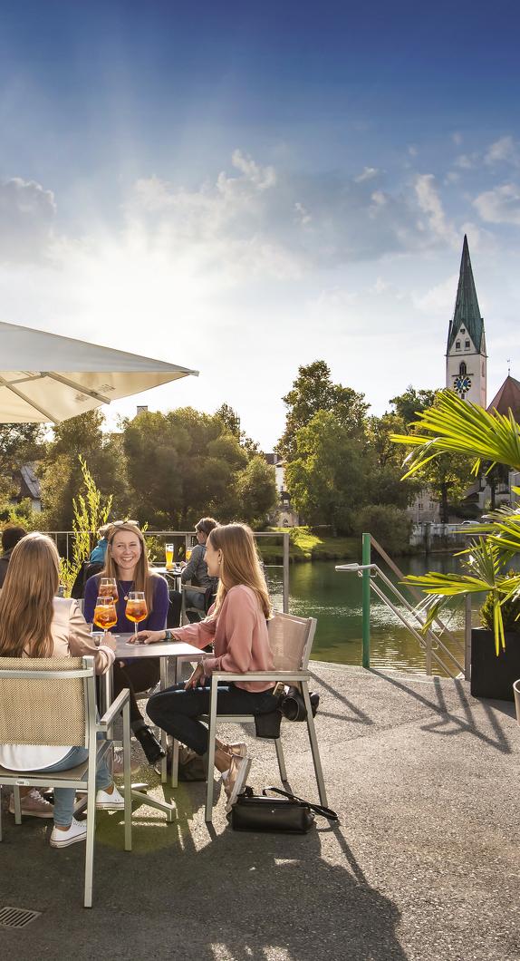 Bar an der Iller mit Blick auf die St.-Mang-Kirche in Kempten © Foud Vollmer Werbeagentur