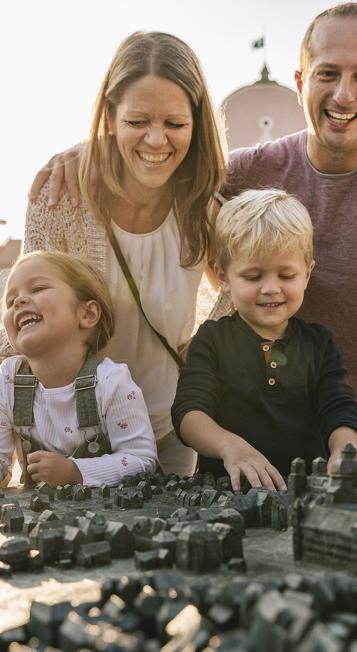 Fröhliche Familie am Stadtrelief von Kempten