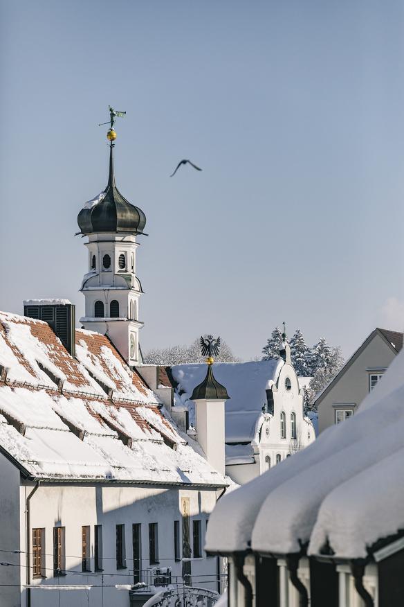 Blick über die verschneiten Dächer Kemptens