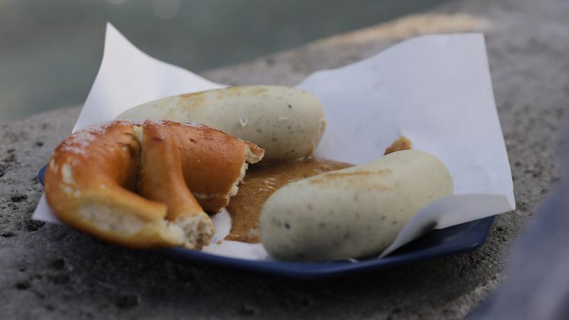 Ein Paar Weißwürste mit Wipper-Breze vom Wochenmarkt Kempten