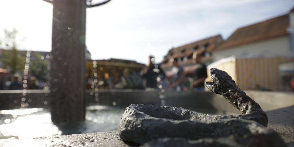 Ein stiller Beobachter ist der Marktbrunnen am Hildegardplatz