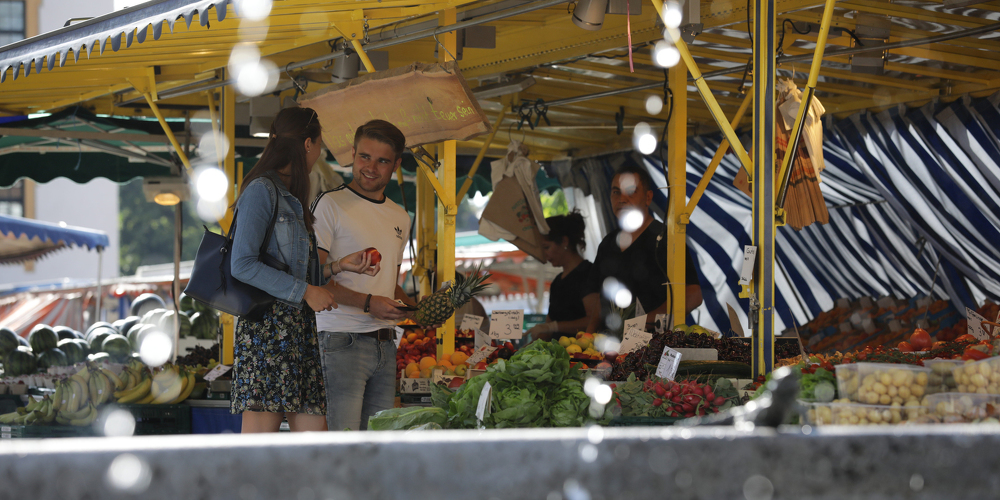 Pärchen beim Einkaufen auf dem Wochenmarkt Kempten